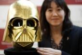 ¡Asombroso! Crean una mascara de oro del casco de Darth Vader