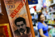 Empresas y ciudadanos cambian al dólar en la Venezuela socialista