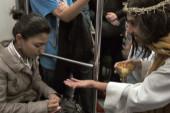 """Un Jesús """"supercívico"""" desafía falta de civismo en metro de México (+Video)"""