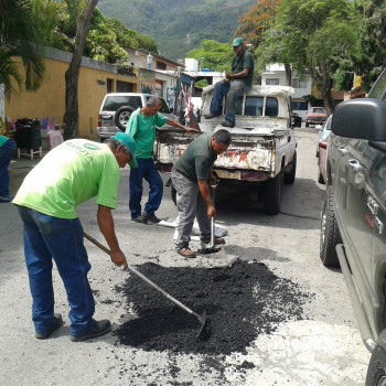 Bacheo-con-Asfalto-Frío.-Urb.Los-Samanes-Avenida-2-frente-al-Parque-Las-Rocas.10-DE-JUNIO-1