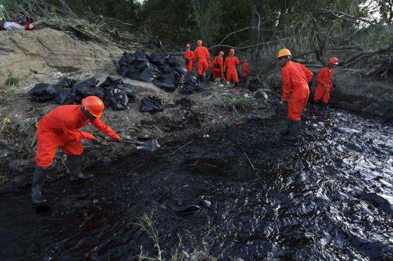 Los ladrones de petróleo pasan de los oleoductos al contrabando de combustible por tierra y mar