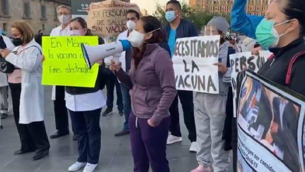 Médicos privados inconformes luego de que AMLO les dice que esperen su turno para la vacuna Covid